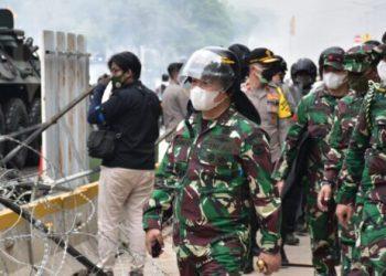 Foto:Pangdam Jaya bersama pasukan lakukan pukul mundur pendemo yang mulai anarkis